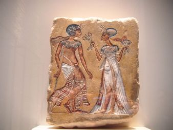 Akhenaton_y_Nefertiti WIKIMEDIA